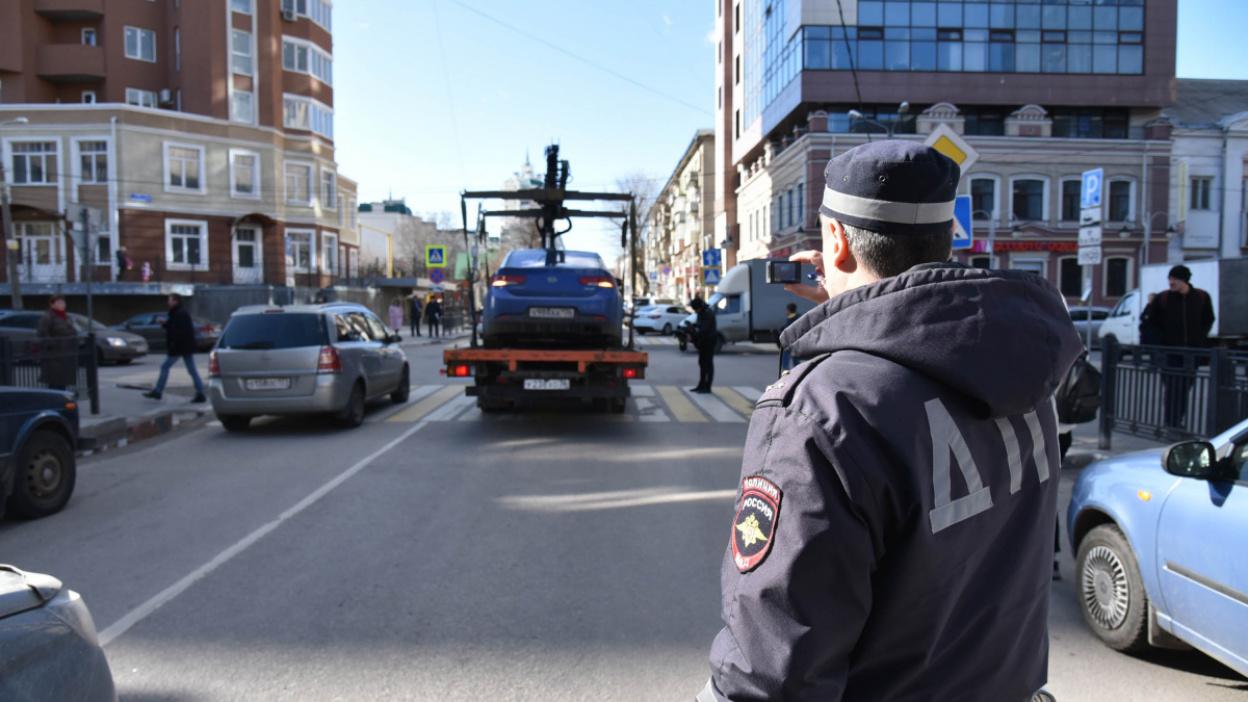 «Бросают машину, блокируя движение». В Воронеже ГИБДД увезла автомобили нарушителей