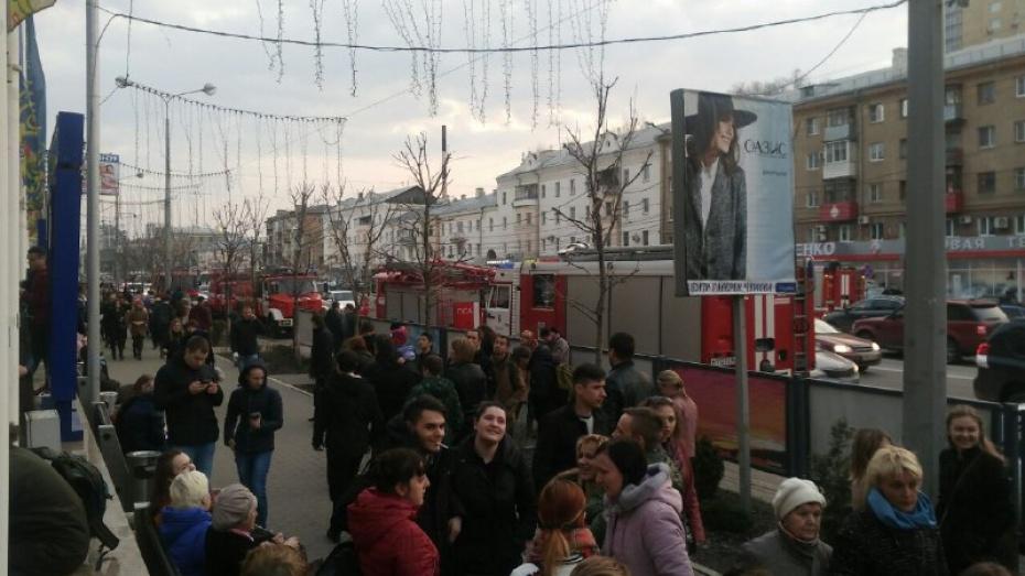 Изторгового центра вВоронеже эвакуировали неменее 5-ти тыс. человек