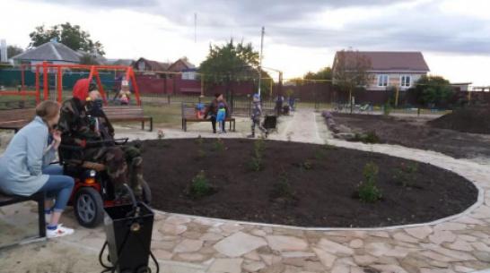 В кантемировском хуторе Пасеково активисты сделали сквер с уличным кинотеатром