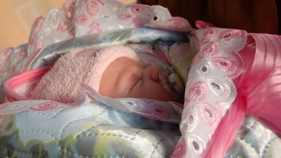 Новорожденные девочки превзошли мальчиков по количеству в 3 районах Воронежской области