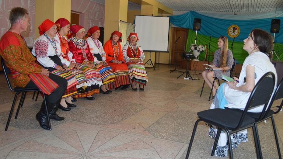 В Репьевском районе студенты-этнографы записали 150 народных песен и научились ткать