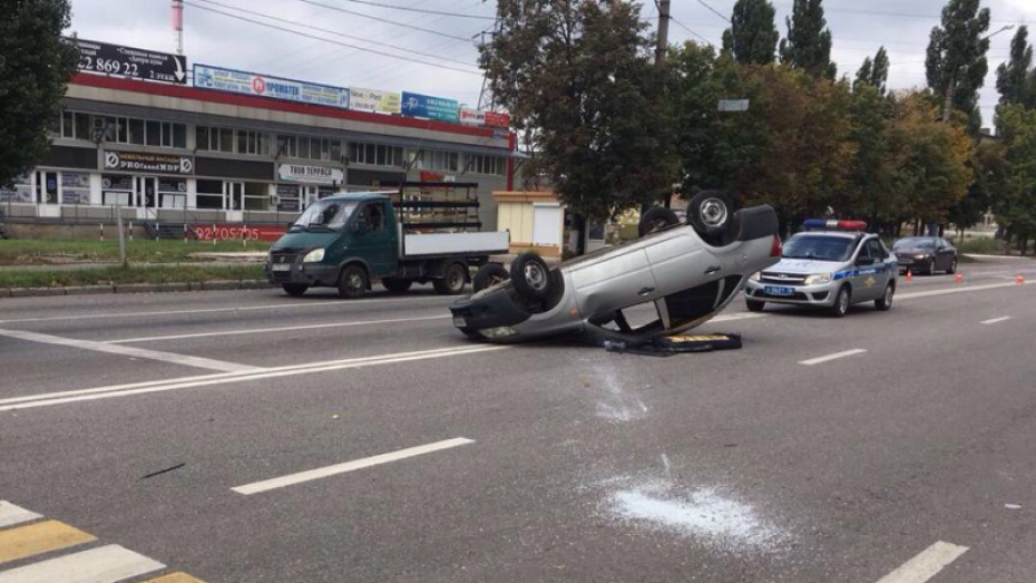В Воронеже после столкновения с ВАЗом перевернулась«ЛадаГранта»: пострадали трое