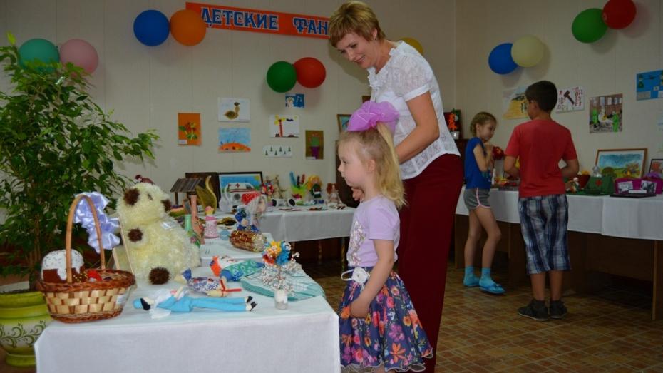 В Россошанской детской поликлинике открылась выставка рисунков