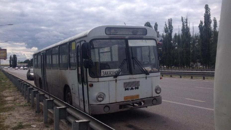 В Воронеже крупногабаритный автобус на месяц бросили на Московском проспекте