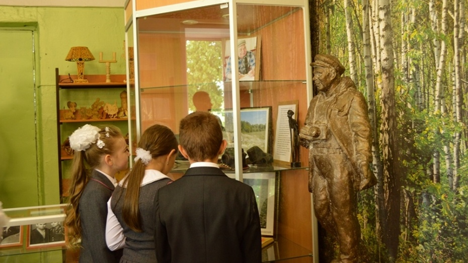 Новоусманская школа получила в подарок памятник Василию Пескову