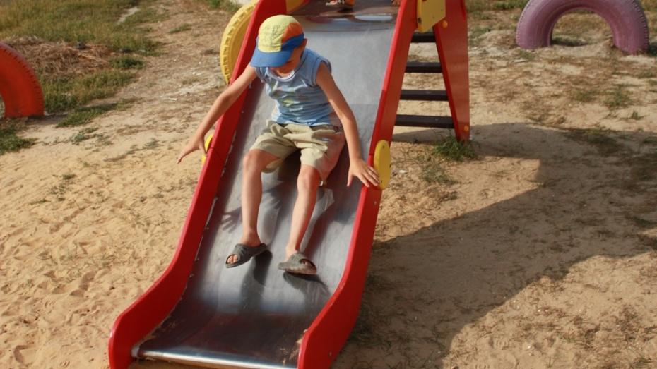 В поселке Ольховатка построили 3 детских площадки