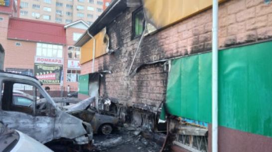В Воронеже ночью сгорели 4 машины, припаркованные у магазина