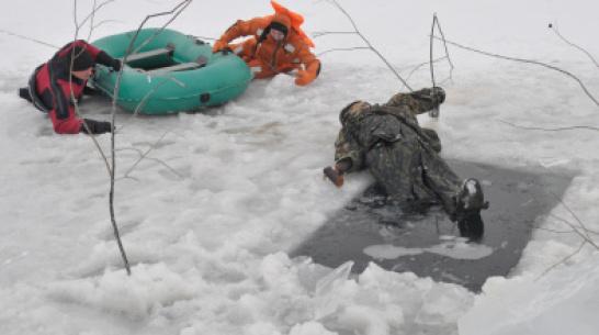 Спасатели измерили лед на Воронежском водохранилище 6 марта