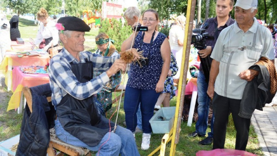 На фестивале ремесел в Репьевке победил изготовитель веников