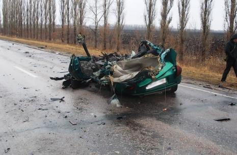на дону mazda врезалась в грузовик и влетела в дерево, один человек погиб