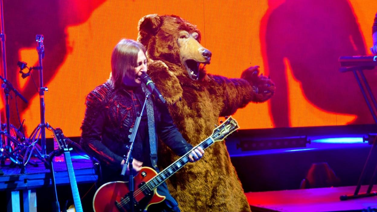 Группа «Би-2» привезла в Воронеж медведя и рэпера Oxxxymiron