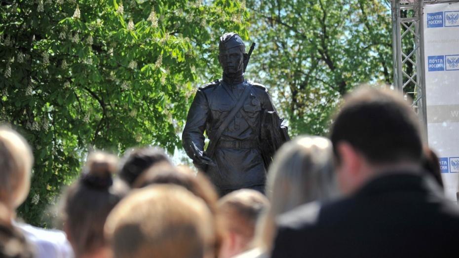 В Воронеже открылся памятник фронтовому почтальону