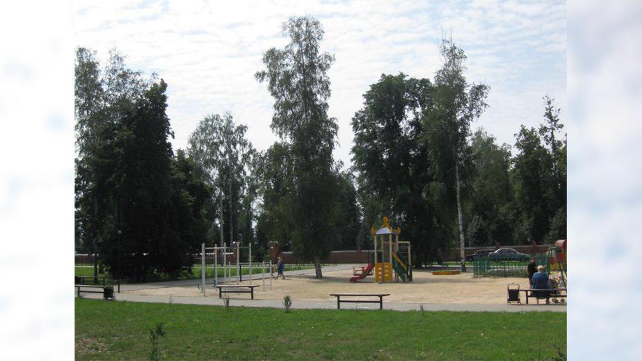 Под Воронежем 21-летний парень упал с дерева и разбился насмерть