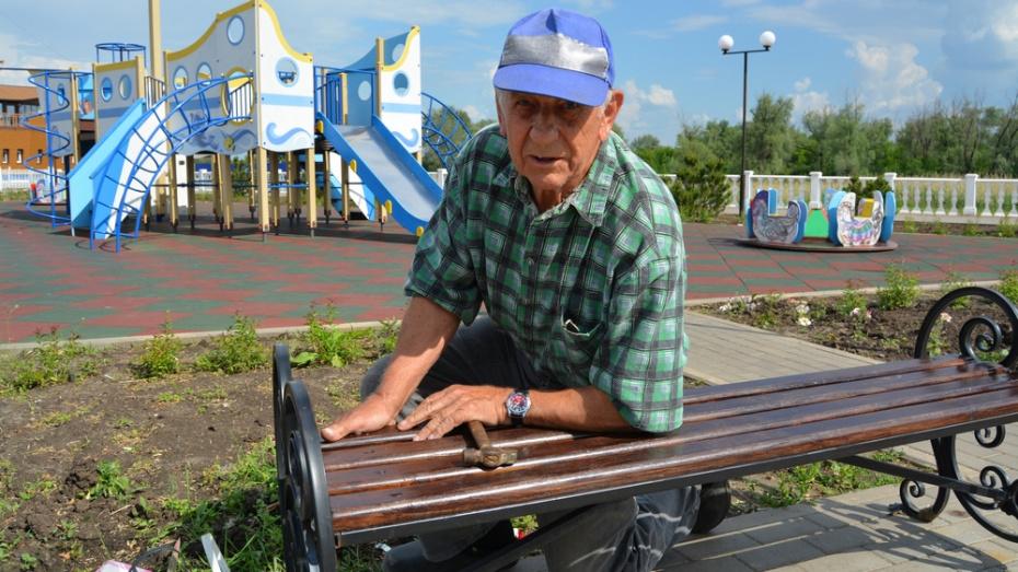 Богучарский пенсионер по своей инициативе отремонтировал 43 скамьи в сквере