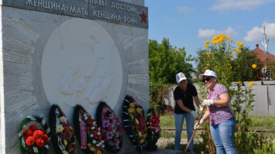 В Острогожске активисты благоустроили территорию у памятника женщинам-фронтовикам
