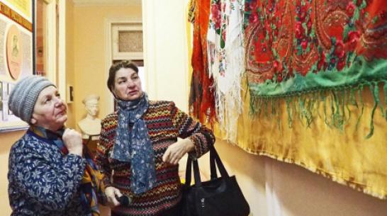 Бутурлиновцев пригласили на выставку платков и шалей в народный краеведческий музей