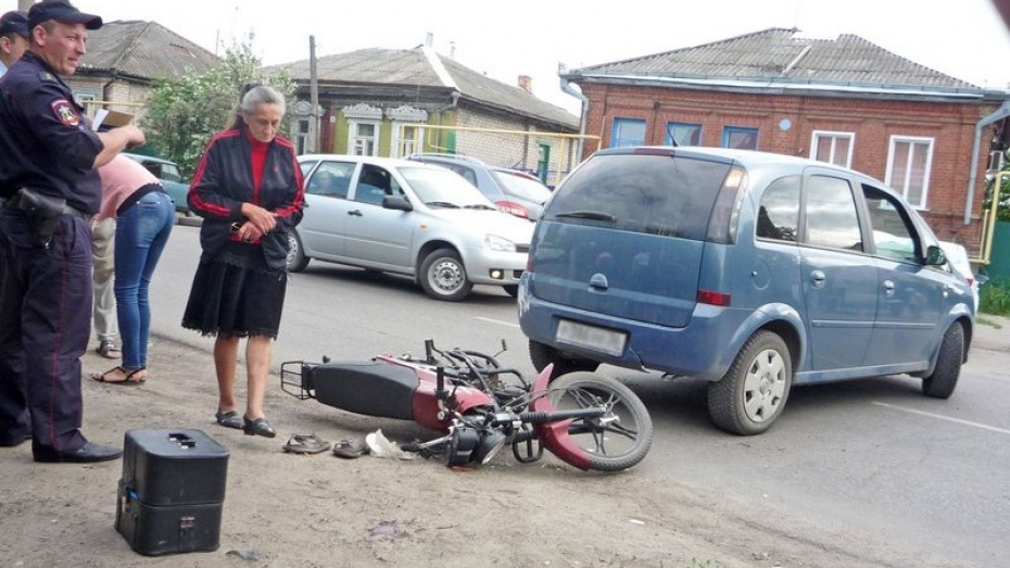 В Бутурлиновке автоледи сбила мотоциклиста