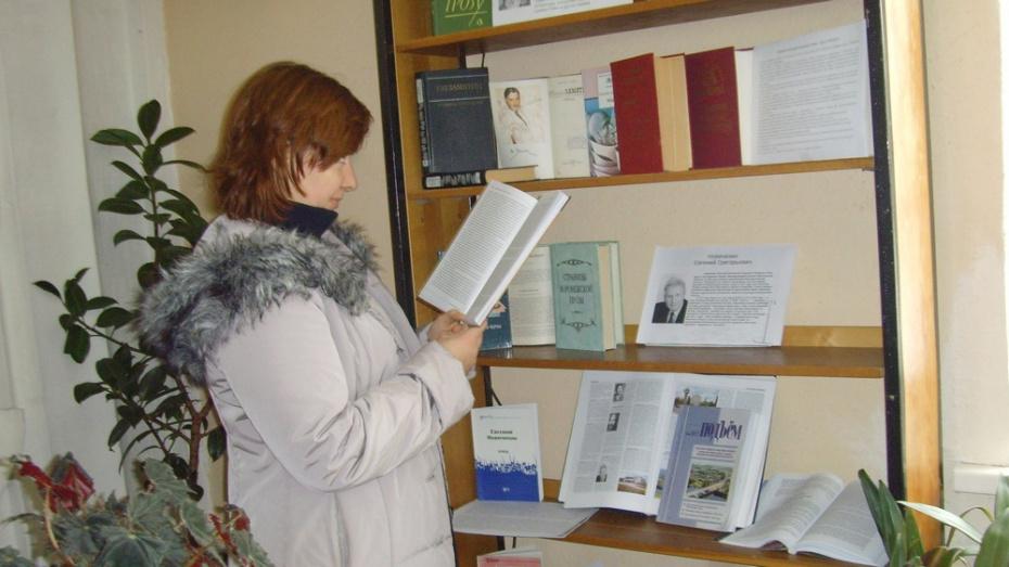 Верхнемамонцев позвали на посвященную публицисту Евгению Новичихину выставку