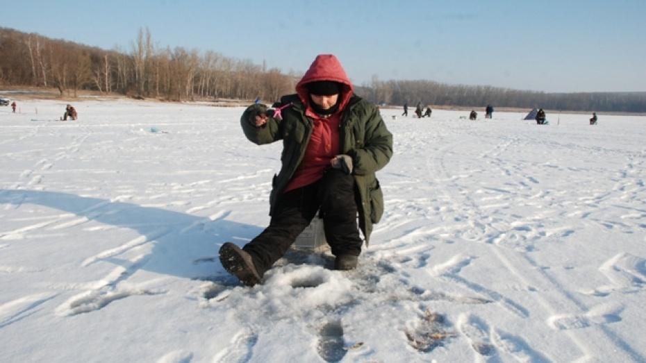 В Кантемировском районе победительницей соревнований по подледному лову стала женщина