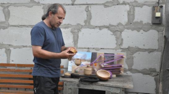 Вяжет веники, кует железо. Зачем житель Воронежской области освоил старинные ремесла