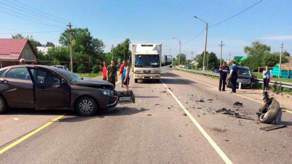Трое детей пострадали при столкновении «Лады» и кроссовера на трассе в Воронежской области