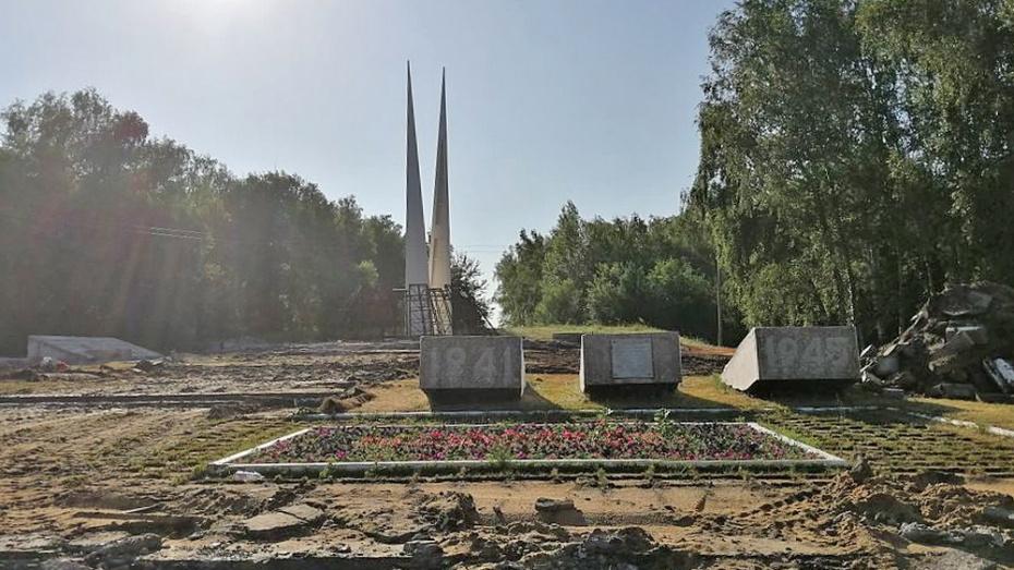 В Лисках реконструируют мемориальный комплекс на братской могиле №497