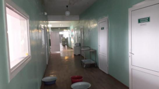 В Воронежской области пациенты сняли на видео последствия течи в крыше больницы