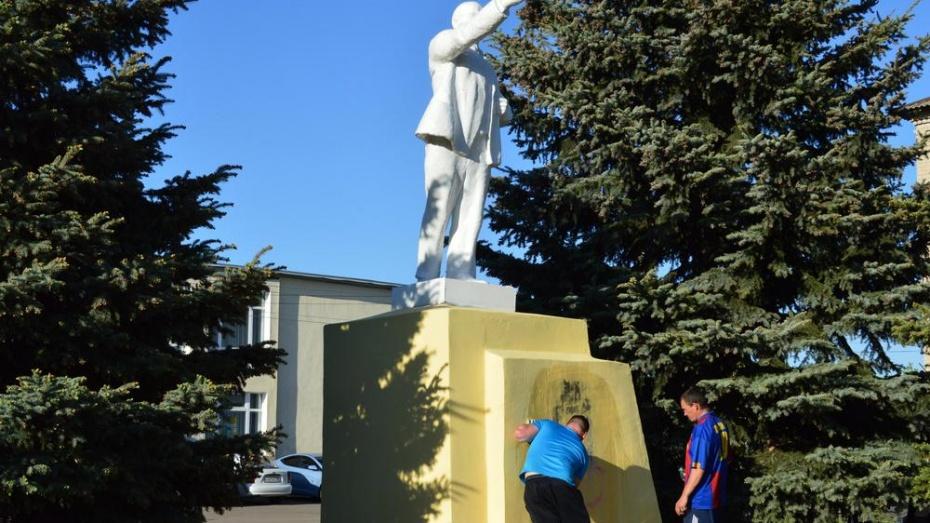 Вандалы осквернили памятник Ленину в рамонском поселке непристойной картинкой