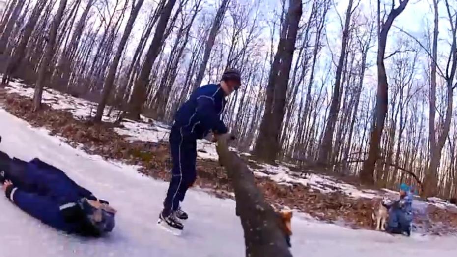 Воронежцы-экстремалы катаются на коньках c бешеной скоростью по «Олимпику»