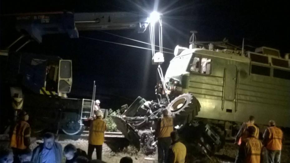 Грузовой поезд врезался в трактор в Воронежской области