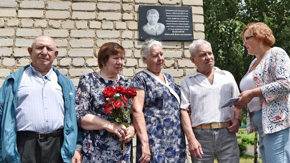 В бутурлиновском селе Карайчевка открыли памятную доску художнику-земляку Николаю Шабанову