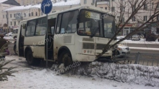 В Воронеже столкнулись внедорожник и автобус №6м: пострадала пассажирка