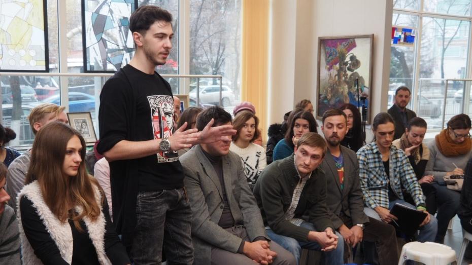Воронежские деятели культуры обсудили выставку молодых художников