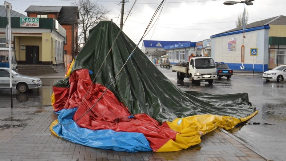 В Богучаре шквалистый ветер поднял на воздух 2 батута и сорвал дорожные знаки