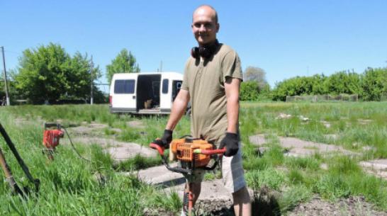 В Кантемировке местный житель начал строить теннисный корт