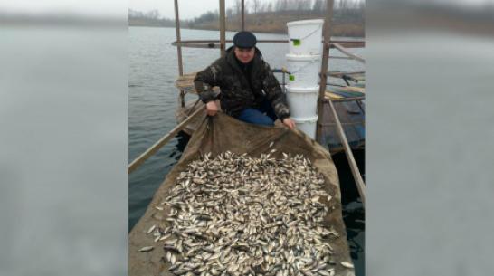 Каменский рыбак запустил в пруд 21 тыс мальков карася