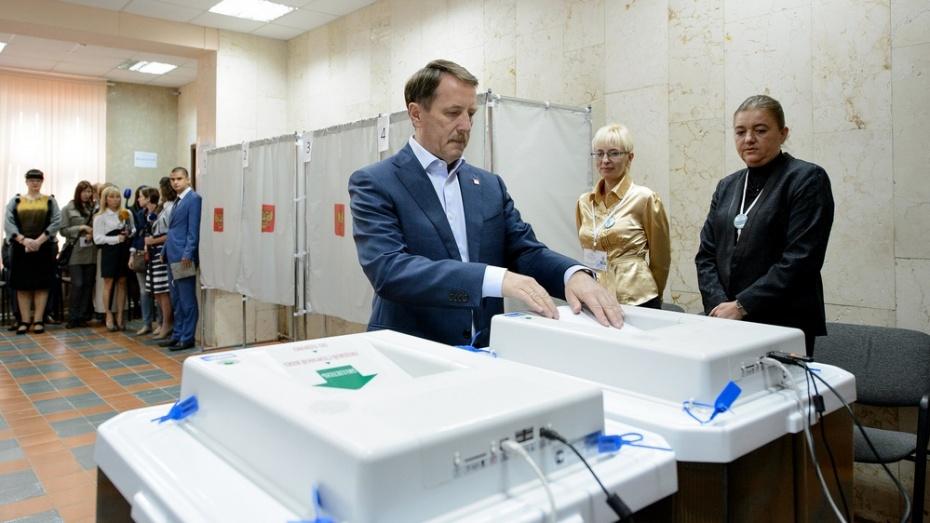 Алексей Гордеев одним из первых проголосовал на избирательном участке в Воронеже