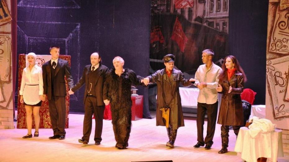 В Павловске на сцене Дворца культуры показали спектакль «Собачье сердце»