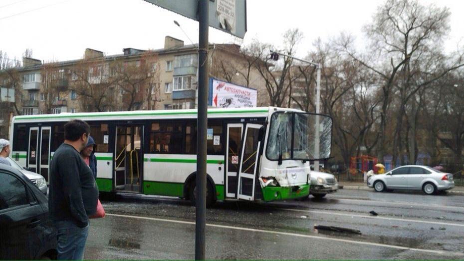ВВоронеже при столкновении трёх маршруток пострадал пассажир