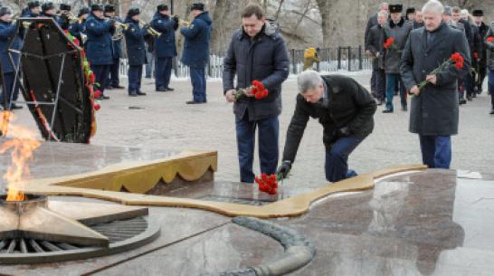 Глава Воронежской области возложил цветы на площади Победы ко Дню защитника Отечества