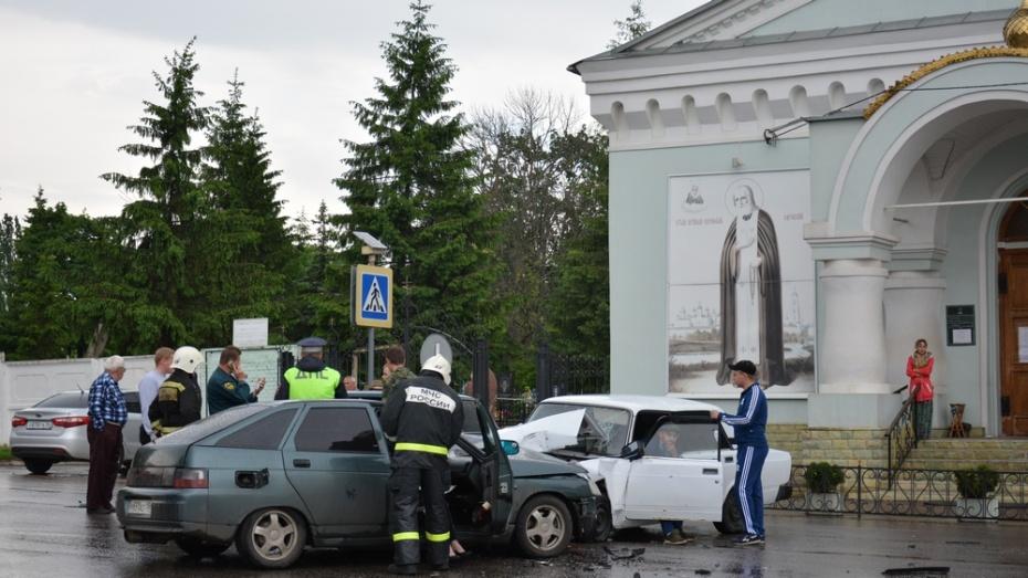 В Острогожске столкнулись ВАЗы: пострадали 2 человека