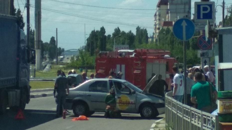 В Воронеже такси врезалось в ограждение: 53-летний водитель умер