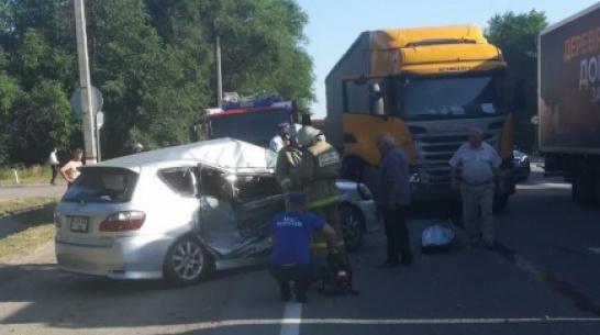 В столкновении Scania и Toyota на М-4 в Воронежской области погибла пенсионерка