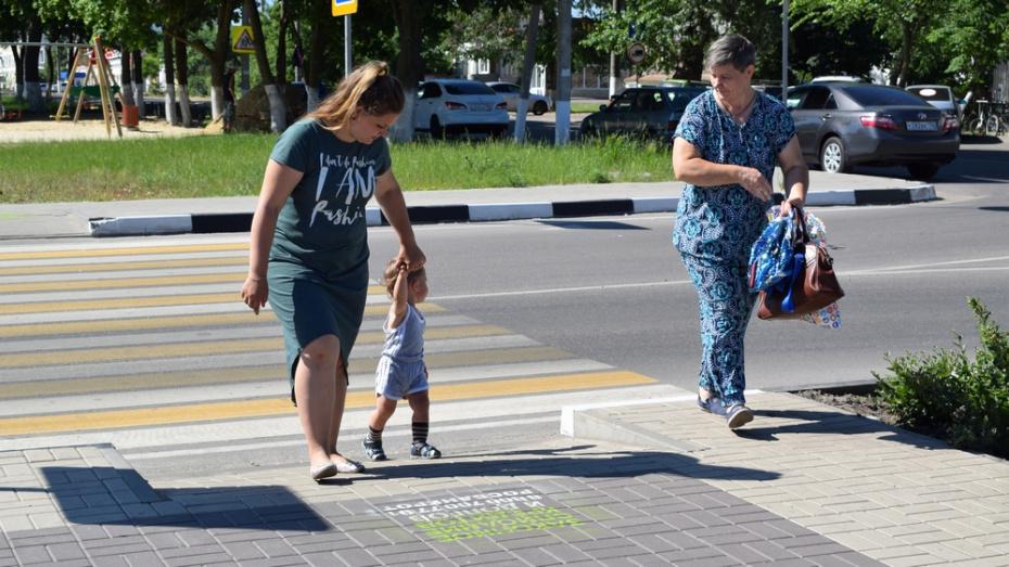 В Борисоглебске рекламщики испортили тротуарную плитку в центре города