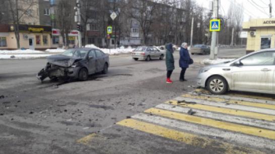 В Воронеже при столкновении 3 машин пострадала 21-летняя девушка