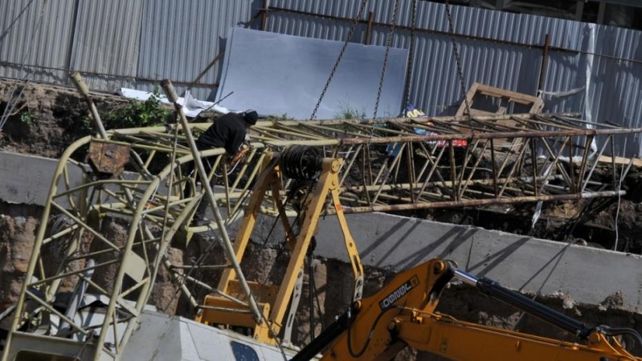 Обошлось без жертв: вВоронеже рухнул строительный кран