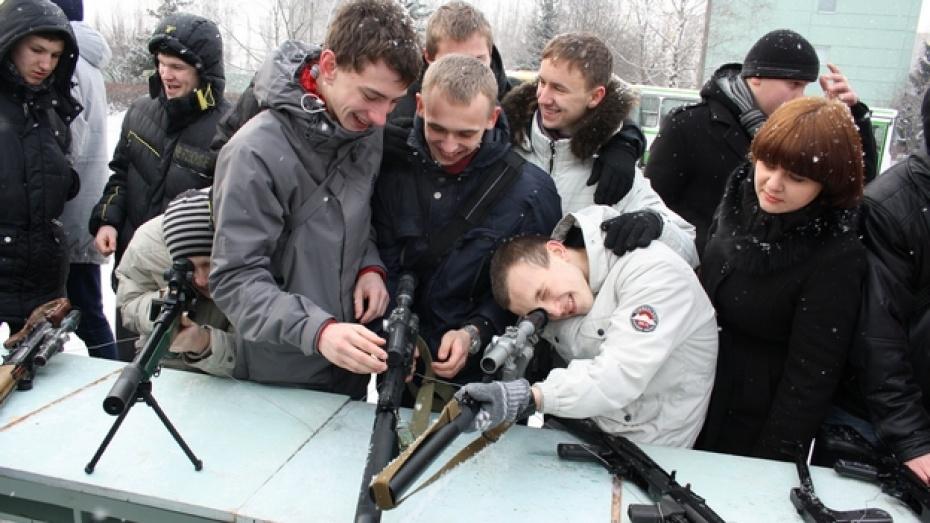 Воронежским призывникам дали подержать боевое оружие