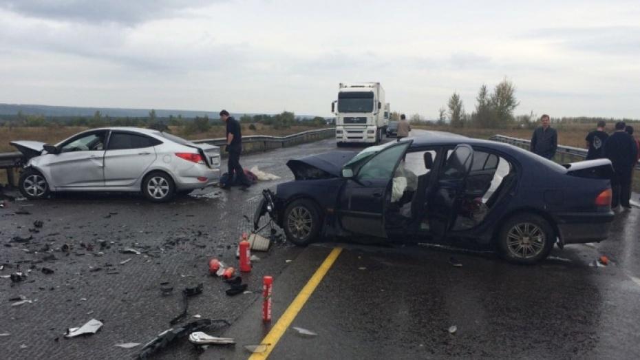 Наворонежской трассе столкнулись Хюндай и Тойота: 1 погибшая, 4 пострадавших