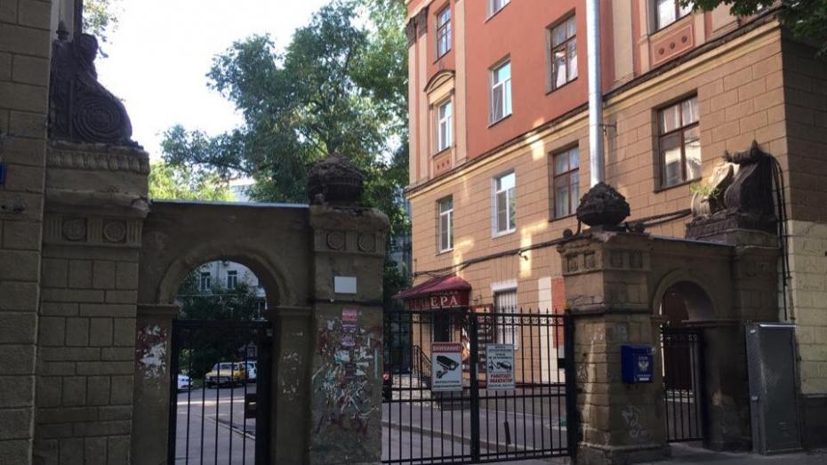 Волонтеры восстановят парадные ворота дома в центре Воронежа