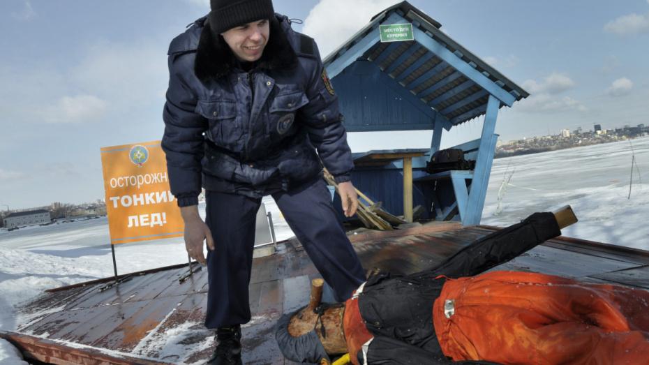 Спасатели измерили толщину льда на Воронежском водохранилище 20 февраля